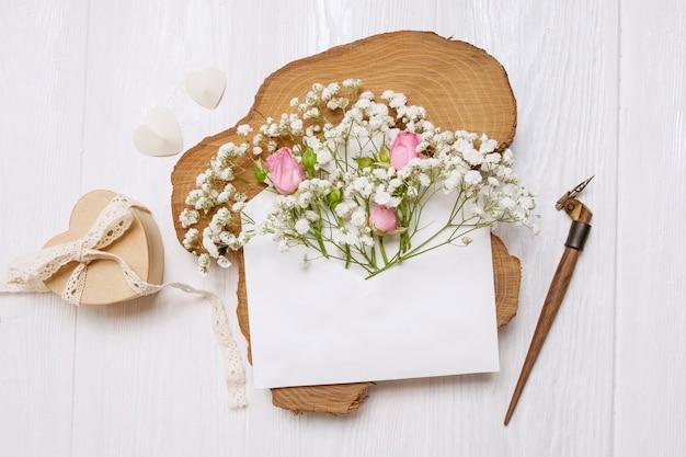 Каллиграфическое перо конверт с цветами и письмо