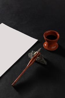 Рабочий стол мастера каллиграфии с бумагой и ручкой