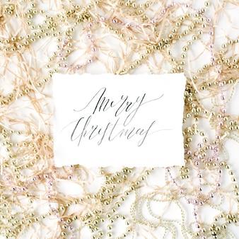 서예 단어 메리 크리스마스와 크리스마스 반짝이 장식.