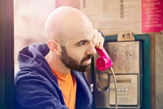 古典的な電話ボックスから電話をかける