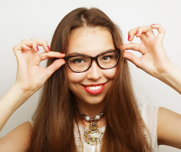 眼鏡をかけた穏やかでフレンドリーな若い女性