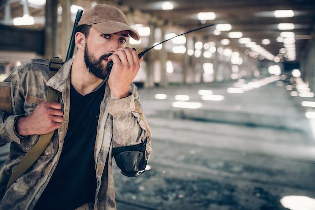 制服を着た穏やかで静かな戦闘機が携帯ラジオに向かって話している。