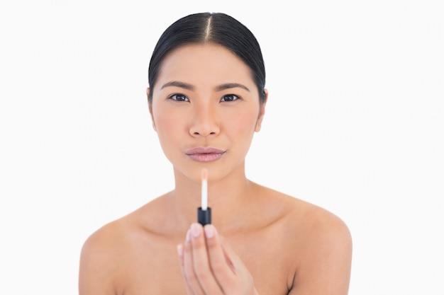 Спокойная привлекательная модель с блеском для губ