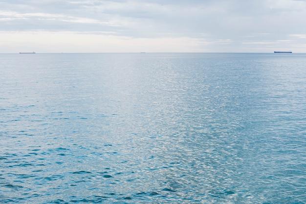 Спокойное черное море синего цвета с небольшими волнами