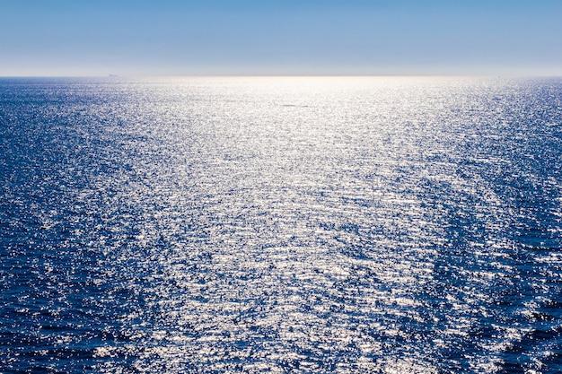 穏やかな青い海と空の地平線