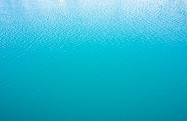 잔잔한 푸른 바다 수면. 잔물결이 있는 자연 배경