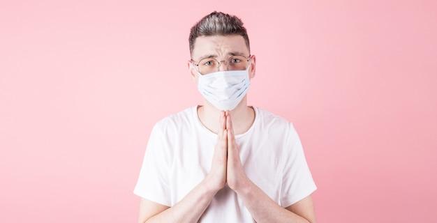 Спокойный кавказский мужчина молится за пациентов с коронавирусом и желает им всего наилучшего