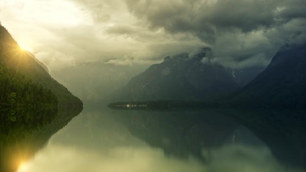 흰 구름 아래 잔잔한 호수