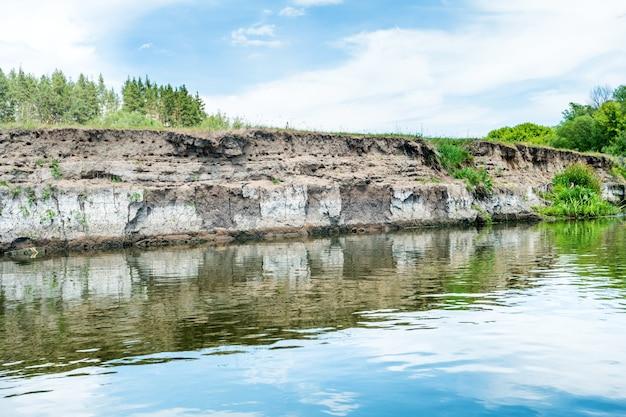 푸른 강과 푸른 나무가 있는 고요한 풍경