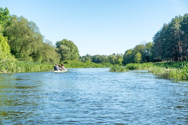 Спокойный пейзаж с голубой рекой и зелеными деревьями