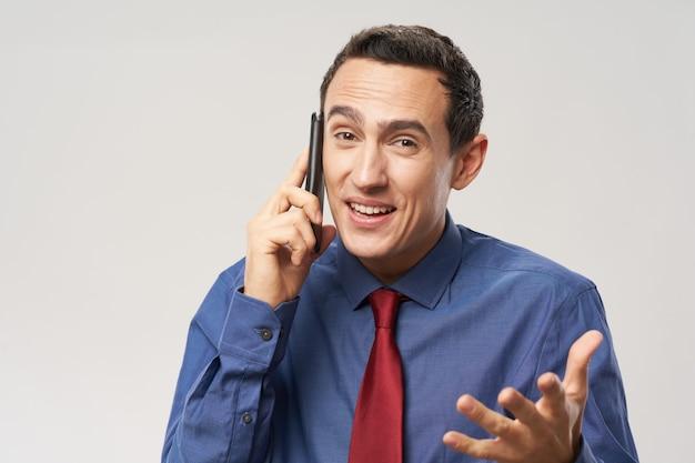 電話で話していると彼の手で身振りで示す穏やかな男