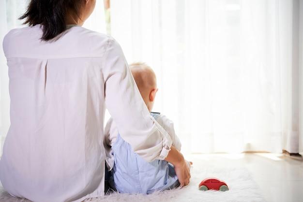 Спокойный момент матери и сына