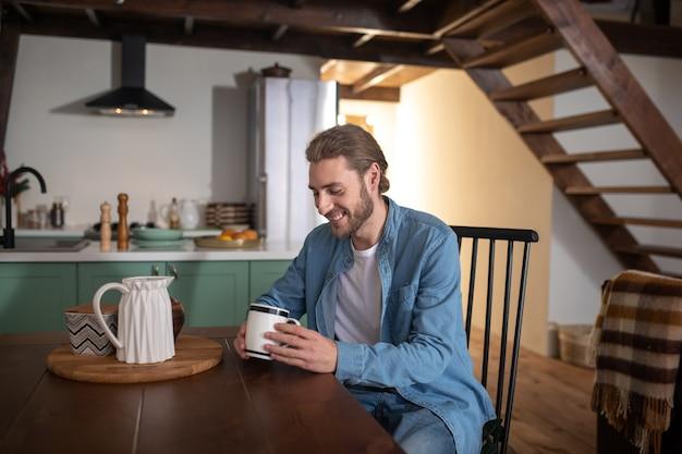 Утро спокойное. мужчина пьет утренний чай на кухне