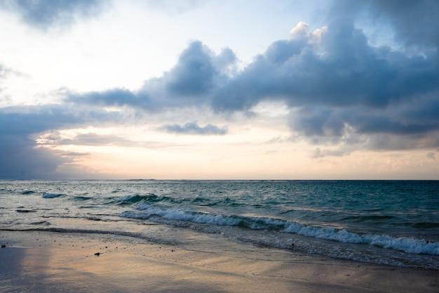 穏やかな海と熱帯の日の出のビーチ