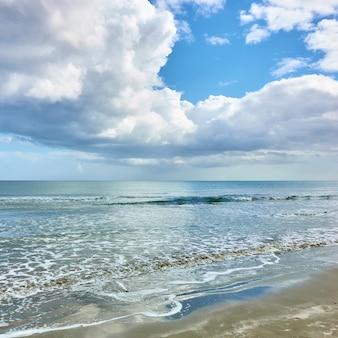 穏やかな海と白い山の雲。海景、雲景