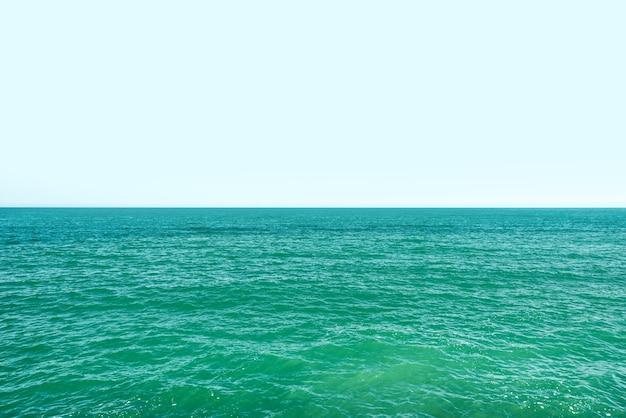 穏やかな海面と青い空の風景