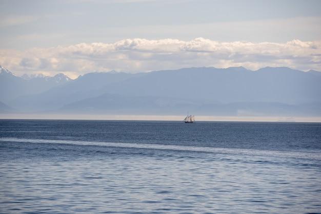 흐린 날에 포착된 맑은 수평선이 있는 잔잔한 바다