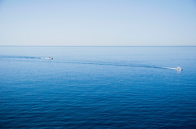 地平線上の船で穏やかな海