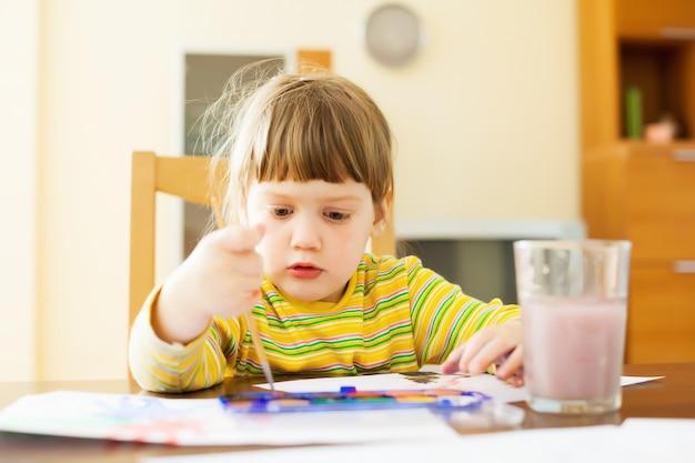 Bambino calmo dipinto di due anni con acquerello