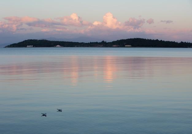 Спокойное море и пасмурное небо