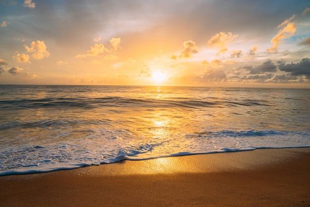 Успокаивающий летний естественный морской синий фон. море и небо с белыми облаками