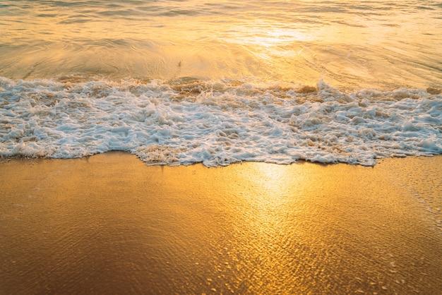 진정 여름 자연 해양 파란색 배경. 바다와 하늘에 흰 구름