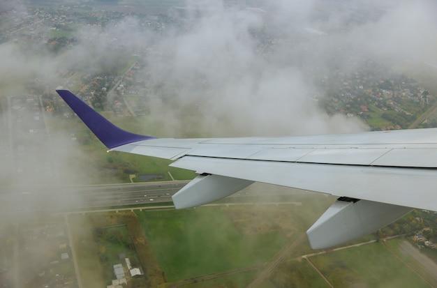 飛行機の翼の下の空の穏やかな雰囲気のパノラマビューは、旅行中の舷窓からの素晴らしい風景です。