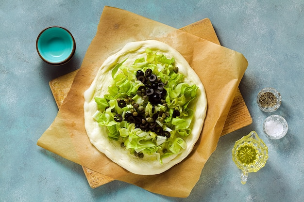 新鮮なハーブとハーブのカルゾーネイタリアンピザ。健康食品