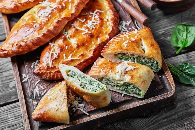 Calzones, 시금치와 치즈가 들어간 닫힌 피자