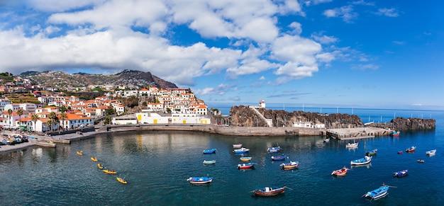 카마라 데 로보스(camara de lobos)는 포르투갈 마데이라의 남중부 해안에 있는 도시입니다.