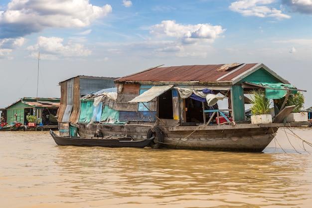カンボジア、シェムリアップ近くのチョンクネアス水上村