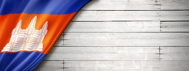 Флаг камбоджи на старой белой стене. горизонтальный панорамный баннер.