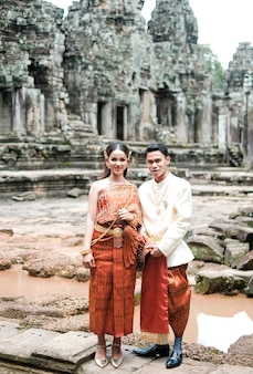 国の衣装を身に着けているアンコールワットでのカンボジアの結婚式
