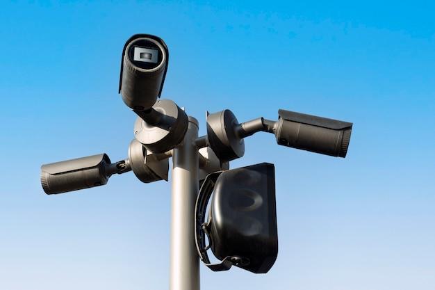 青い空のポールにビデオカメラ
