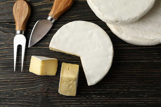 木製の背景、上面図にカマンベールチーズとナイフ