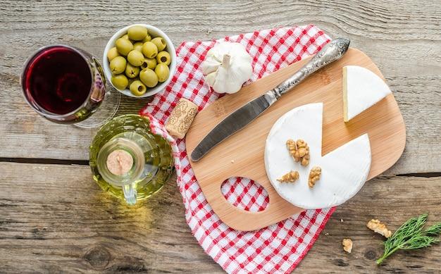 カマンベールチーズと赤ワインのトップビュー