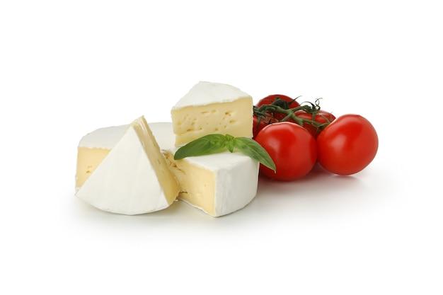 카망베르 치즈, 바질, 토마토 흰색 배경에 고립