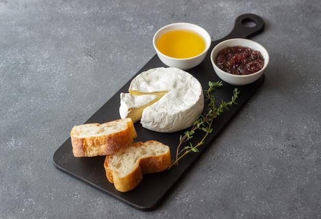 トースト、ハチミツ、ジャムを添えたカマンベールチーズ。ワインスナック。