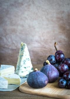 Камамбер, инжир и виноград