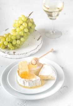蜂蜜、ブドウ、白ワインのカマンベール
