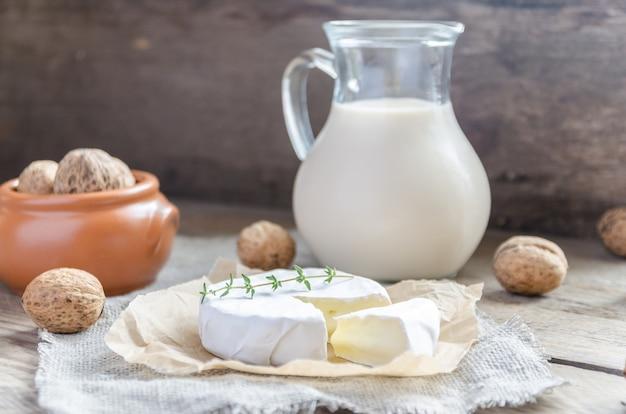 牛乳とナッツ全体のピッチャーとカマンベール
