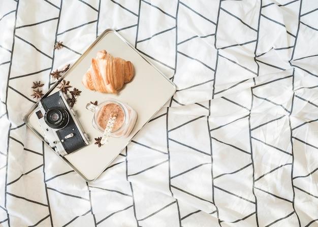 침대에서 카메라와 아침 식사 음식