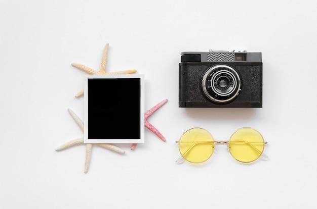 テーブル上のカメラと写真