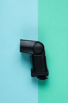 色付きの紙の表面にカメラのフラッシュ。