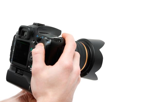 손에 카메라입니다. 흰색에 고립 된 동안 카메라를 들고 손 클로즈업