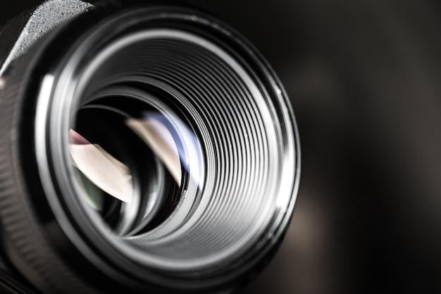 배경에 렌즈 반사가 있는 카메라 렌즈.