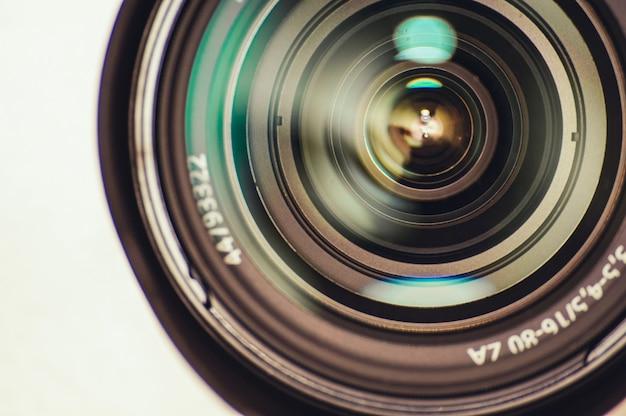 렌즈 반사가있는 카메라 렌즈.