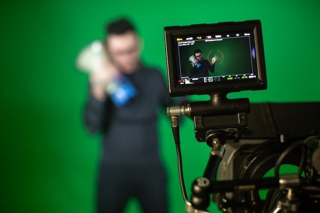 Оператор снимает на камеру человека с динамиком