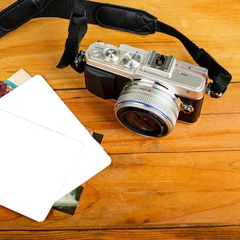Беззеркальный фотоаппарат на столе.