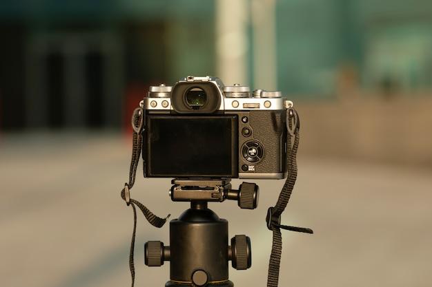 Камера установлена на штативе на открытом воздухе